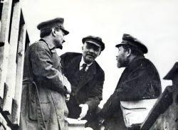 5-1919-trotsky_lenin_kamenev-party-congress.jpg